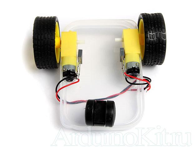 Рисунок инструкция. Приклеиваем редукторы с колёсами к основанию шасси, на двухсторонний скотч