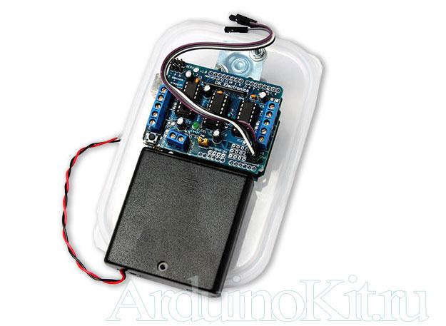 Вид Шасси (крышки) с приклеинными платами управления (chassis sheld, arduino and battery)