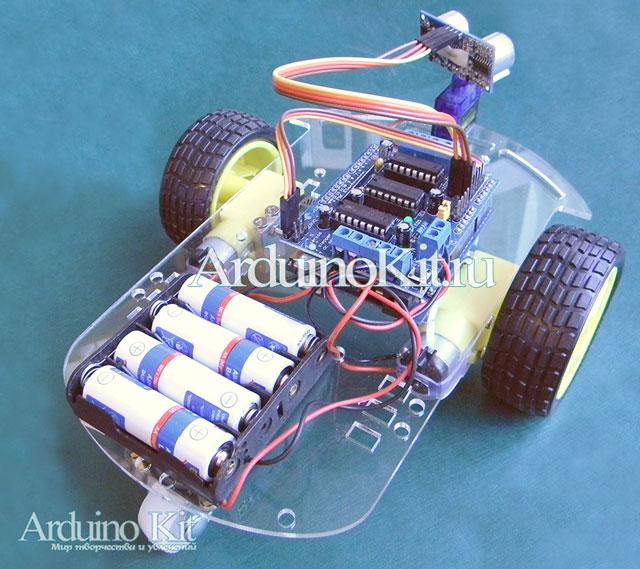 Миниробот на ардуино. Microrobot на зеленом фоне