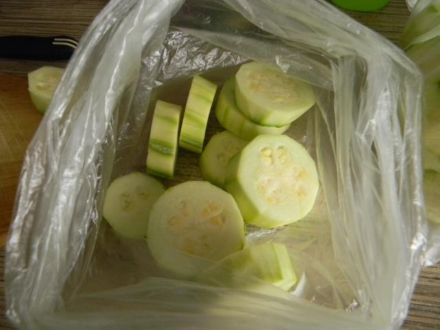 Вид лежащих ингредиентов в обычном п/э пакете - кабачки, петрушка, соль, перец и растительное масло.