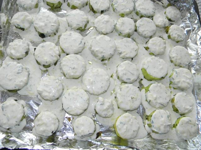 Вид кабачков готовых для повторного запекания. Выкладываем на них приготовленную смесь и ставим опять в духовку