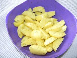 Добавляем в картошку соль и специи, по вкусу
