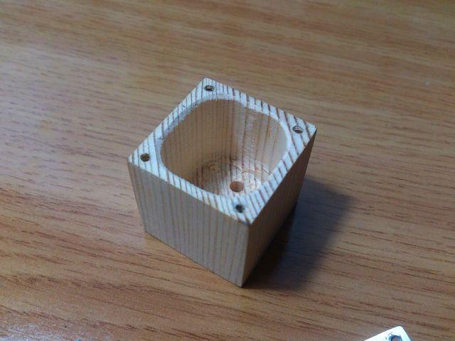 Тонким сверлом (тоньше шурупов) просверлите четыре отверстия в кубики